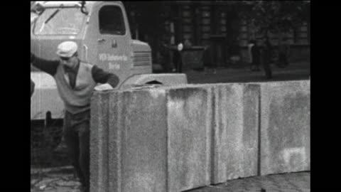 vidéos et rushes de berlin wall being built, 1961 - 1961
