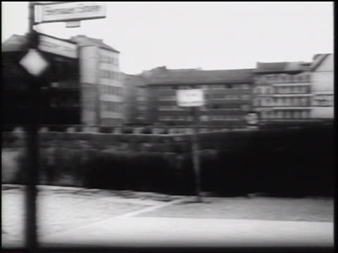vídeos de stock, filmes e b-roll de pan of berlin wall buildings along border of east west berlin / germany / newsreel - fronteira internacional