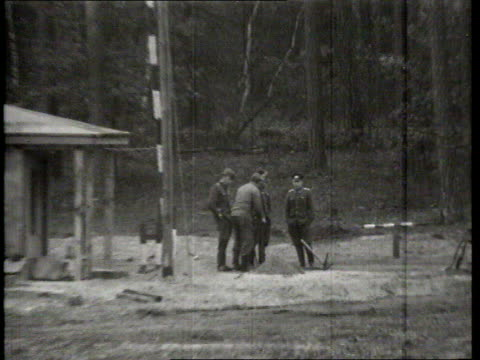 vidéos et rushes de berlin wall collection t05016602 reporting '66 no 1 item 2 brandenburg gate berlin wall inner wall on outskirts of berlin border houses being... - évasion