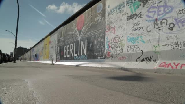 berlin wall dolly shot - graffito stock-videos und b-roll-filmmaterial