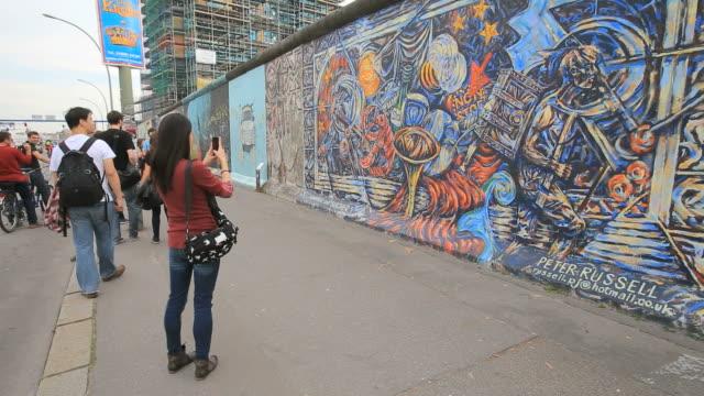 vídeos de stock, filmes e b-roll de berlin wall museum east side gallery at muhlenstrabe / berlin, germany - east berlin
