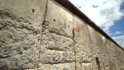 vidéos et rushes de mur de berlin, panoramique - mur d'enceinte
