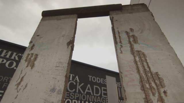 vídeos y material grabado en eventos de stock de berlin wall - ruina antigua
