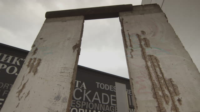 vídeos de stock e filmes b-roll de berlin wall - ruína antiga