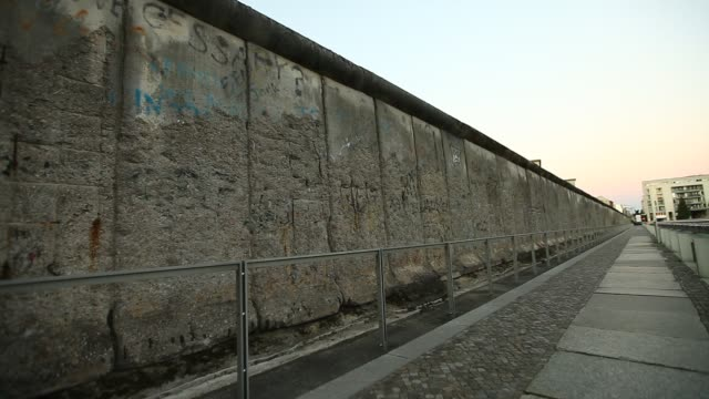 berlin wall - surrounding wall stock-videos und b-roll-filmmaterial
