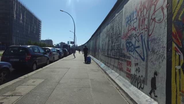 vídeos de stock, filmes e b-roll de berlin wall - east berlin