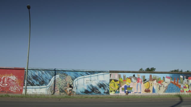 vídeos de stock, filmes e b-roll de berlin wall with bikes - east berlin