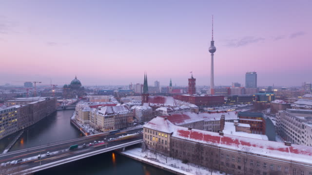 berlin winter skyline timelapse from day to night with traffic - スプリー川点の映像素材/bロール