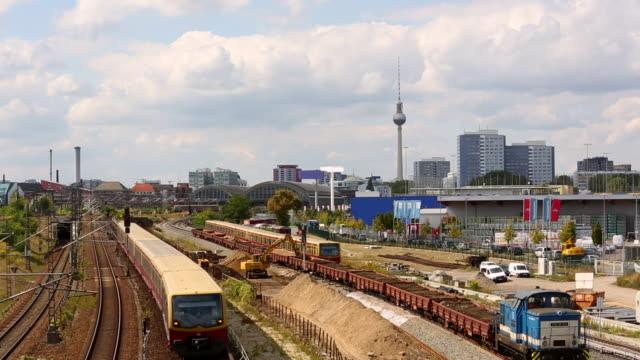 テレビ塔と列車サービスを持つベルリン、時間経過 - アレクサンダープラッツ点の映像素材/bロール