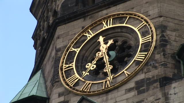 vídeos y material grabado en eventos de stock de berlinclose view of clock on kaiser wilhelm memorial church in berlin germany - iglesia conmemorativa del emperador guillermo