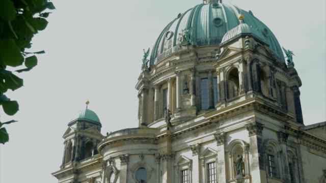 vídeos y material grabado en eventos de stock de berliner dom,river spree,statues,boats,td - catedral