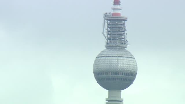 berliner fernsehturm - television tower in berlin - 尖塔点の映像素材/bロール