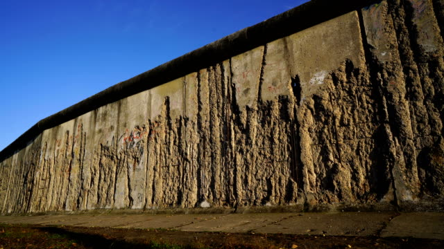 berliner mauer mit wachturm / berlin wall and watchtower - cold war stock videos & royalty-free footage