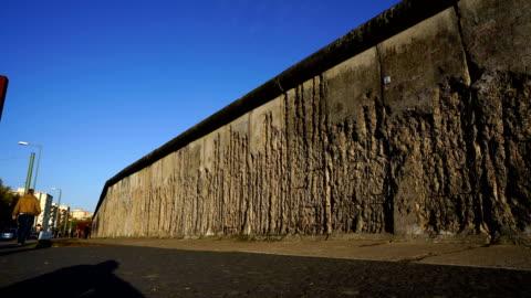 stockvideo's en b-roll-footage met berliner mauer mit wachturm/berlijnse muur en uitkijktoren - omwalling