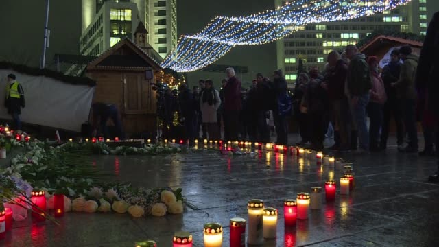 berliners gather to light candles and remember the victims a year after the christmas market attack in the city that left 12 dead - temporäre gedenkstätte stock-videos und b-roll-filmmaterial