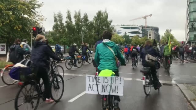 stockvideo's en b-roll-footage met berliners take to the saddle in the german capital to demonstrate on the global day of climate action - clean