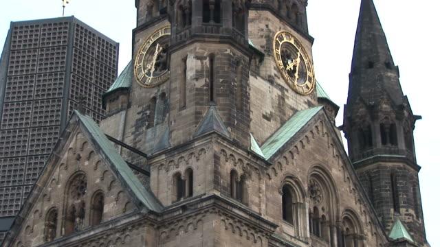 vídeos y material grabado en eventos de stock de berlinkaiser wilhelm memorial church in berlin germany - iglesia conmemorativa del emperador guillermo