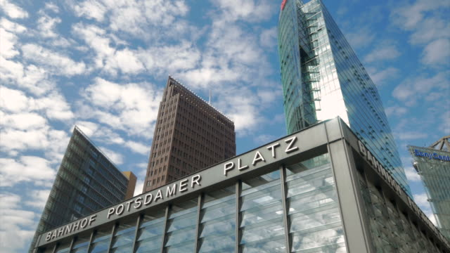 berlin,potsdamerplatz, u bahn,pan - wahrzeichen stock-videos und b-roll-filmmaterial
