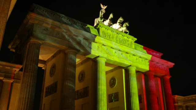 vídeos y material grabado en eventos de stock de berlins brandenburg gate in germany shines with the colours of the belgium flag in solidarity with brussels after terror attacks on march 22 2016 - terrorism