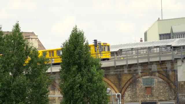 l'iconico treno della metropolitana di berlino - trasporto pubblico video stock e b–roll