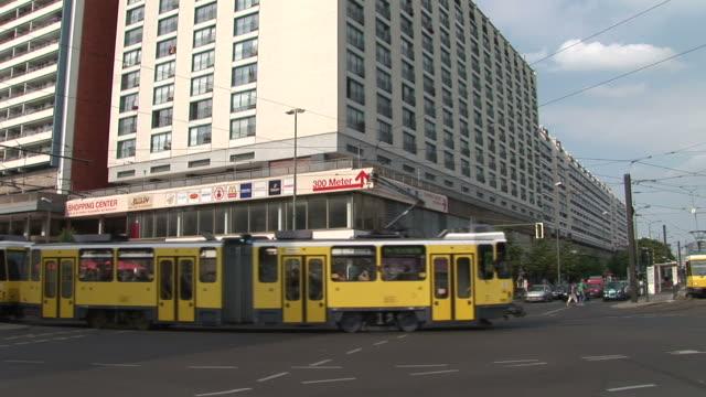 vidéos et rushes de berlinview of a city street in berlin germany - véhicule utilitaire et commercial