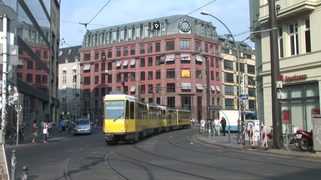 vídeos de stock, filmes e b-roll de berlinview of a city street in berlin germany - bonde