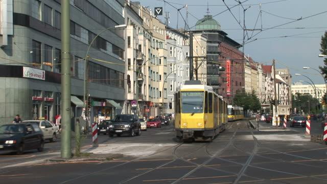 vidéos et rushes de berlinview of an intersection in berlin germany - véhicule utilitaire et commercial