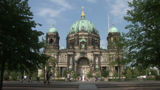 berlinview of berlin cathedral in berlin germany - 宗教施設点の映像素材/bロール