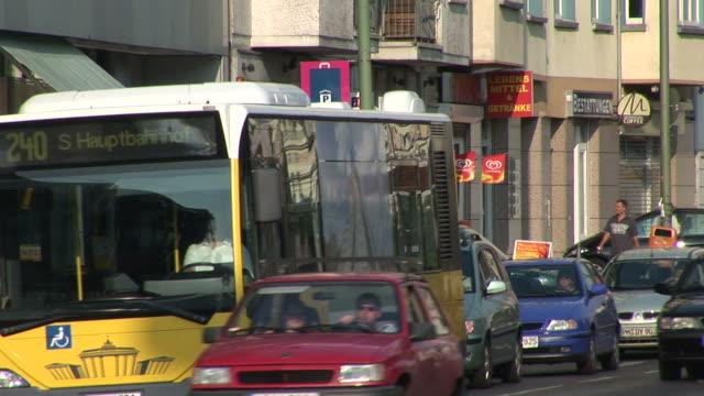 vidéos et rushes de berlinview of city street in berlin germany - véhicule utilitaire et commercial