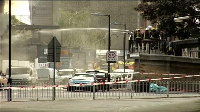 bermondsey fire causes london bridge rail chaos fire fighters directing hoses at fire fire fighters away - anweisungen geben stock-videos und b-roll-filmmaterial