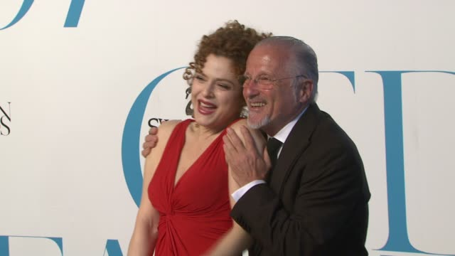 bernadette peters and stan herman at the the 2007 cfda awards at new york public library in new york new york on june 4 2007 - バーナデット ピータース点の映像素材/bロール