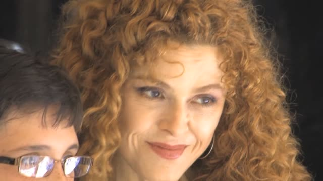 bernadette peters arrives to her broadway play barks at shubert alley at celebrity sightings in new york bernadette peters arrives to her broadway... - バーナデット ピータース点の映像素材/bロール