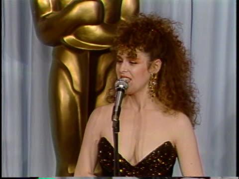 bernadette peters at the academy award 1987 at dororthy chandler pavillion - バーナデット ピータース点の映像素材/bロール