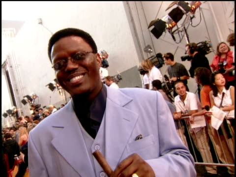 bernie mac on the red carpet of the 2000 mtv movie awards. - バーニー マック点の映像素材/bロール