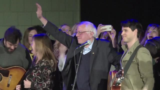 vídeos de stock e filmes b-roll de bernie sanders holds a rally on saturday night at the university of iowa with a musical appearance by vampire weekend - vampire weekend