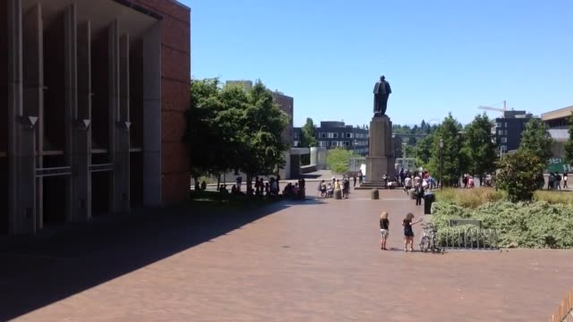stockvideo's en b-roll-footage met bernie sanders rally at university of washington - universiteit van washington