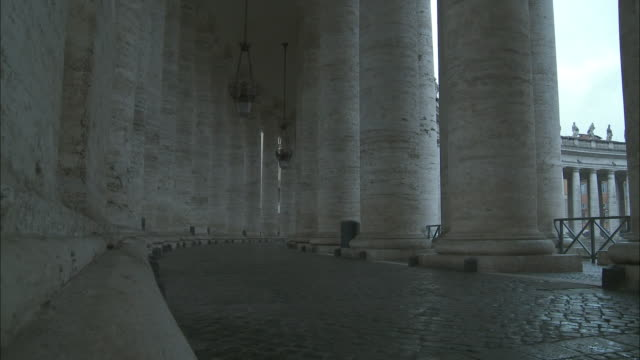 ms bernini's colonnade at st. peter's square, vatican city, rome, italy - kopfsteinpflaster stock-videos und b-roll-filmmaterial