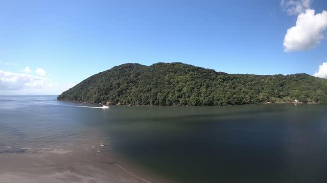 vídeos de stock, filmes e b-roll de bertioga canal - brazil - colina