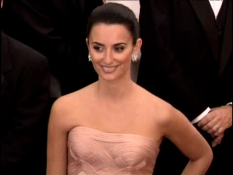 vídeos de stock e filmes b-roll de best actress nominee penelope cruz posing for photos in peach coloured dress at oscars los angeles 25 feb 2007 - 2007