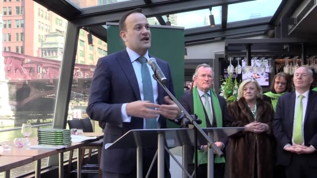 stockvideo's en b-roll-footage met best audio available. taoiseach leo varadkar gives a speech on the tourism ireland cruise along the chicago river on st patrick's day. - audio available