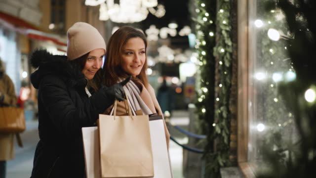 beste freunde sind schaufensterbummel für weihnachtsferien - shopping stock-videos und b-roll-filmmaterial