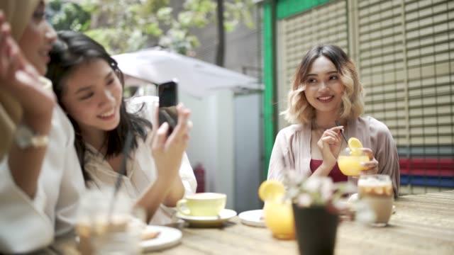vidéos et rushes de meilleures amies au cafe - trois personnes