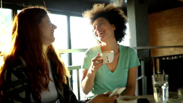 vídeos de stock, filmes e b-roll de melhores amigas, bebendo café e falando - xícara de café