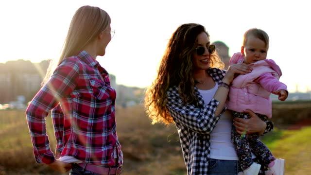 Beste vrienden met plezier met kinderen buitenshuis