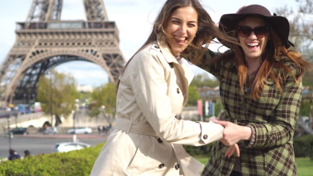 vídeos de stock e filmes b-roll de best friends on a vacation in paris - torre eiffel