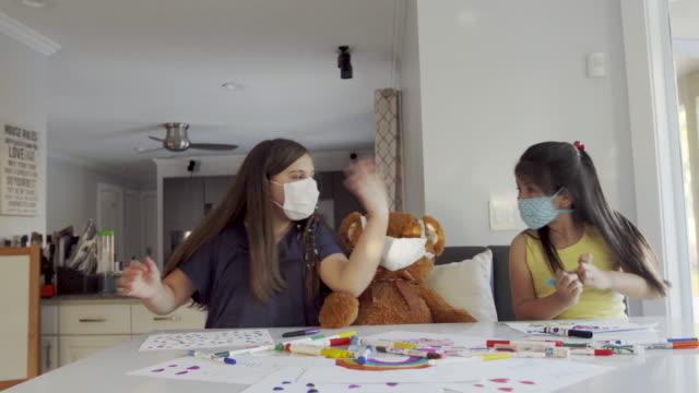 vidéos et rushes de meilleurs amis peignant et dansant avec l'ours en peluche - dancing bear