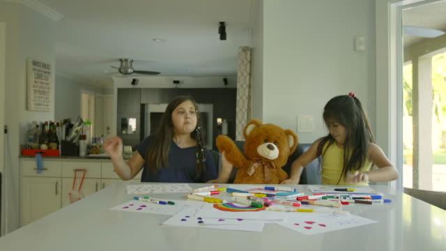vidéos et rushes de meilleurs amis peignant et dansant avec l'ours de nounours - dancing bear