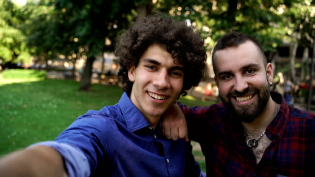 vídeos de stock e filmes b-roll de best friends selfie,point of view - amizade masculina