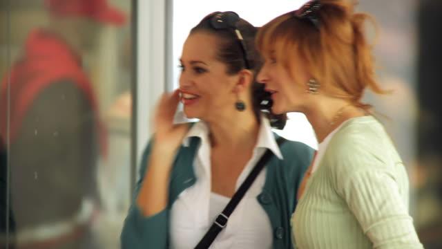 hd: besten freunde shopping - schaufenster stock-videos und b-roll-filmmaterial