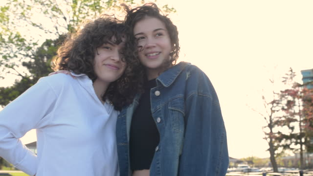 vídeos de stock, filmes e b-roll de best friends, teenage girls hugging - adolescentes meninas